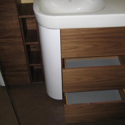 Badkamer meubel van notenhout door Paul Meubelen