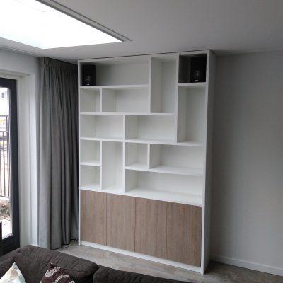 Boekenkast met verspringende schappen. Paul Meubelen, voor al uw ontwerpen en realisatie. Maatwerk voor uw interieur.